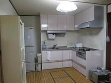 収納部も充分に。壁はキッチンパネルで掃除もし易く、全体的に明るくなりました。