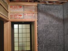 施工中写真。断熱材敷き込みの上、防音シート。この上からプラスターボードを二重張り。