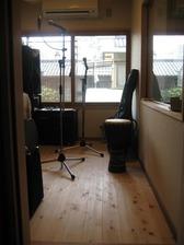 床は防音シート敷き込みの上、無垢ヒノキフローリング。