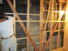 解体後、壁の倒れを直しながら下地作業。