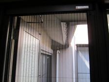 戸先に埋め込まれたマグネットで、ぴったりと閉まります。 簡単に取り外せ丸洗い可能!