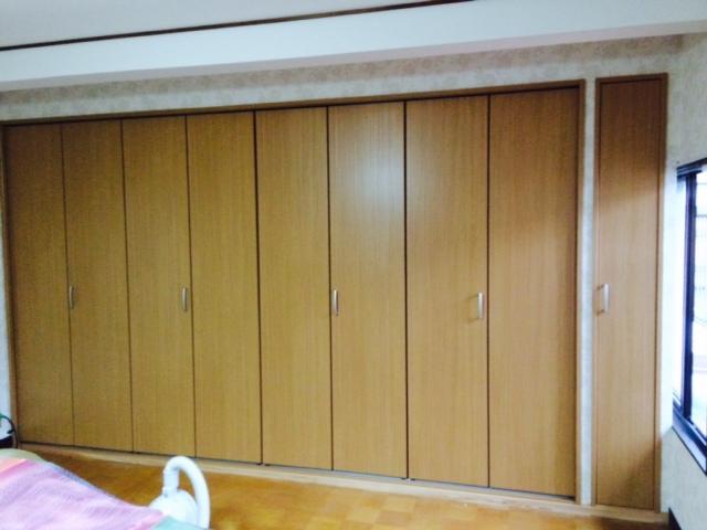 見た目もすっきり。<br /> 右端の扉部分は、奥様の希望で余ったスペースを独立し掃除機等の収納に有効利用。