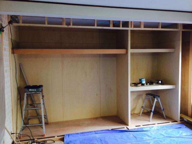 内部は、パイプ掛け部分と<br /> 衣装ケースのサイズに合わせた棚部分に。