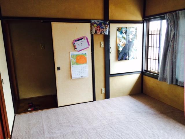 床は畳。壁はジュラク真壁の<br /> オーソドックスな和室。