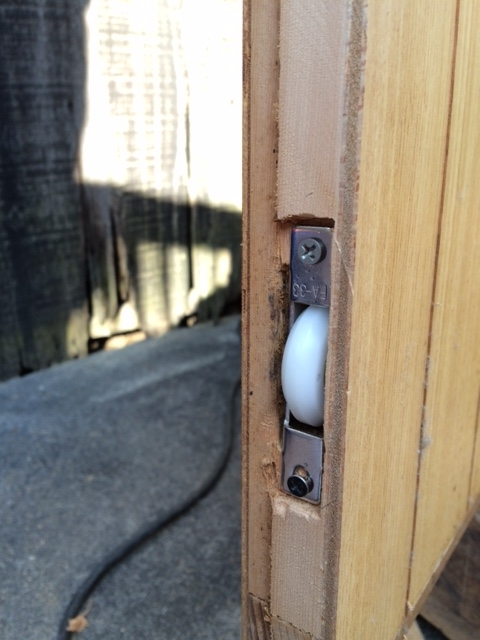 開閉が軽い分、戸を閉める時勢いがつくので、小さなお子様がお出でのご家庭では<br /> ストッパーを付けるなど配慮も必要です>