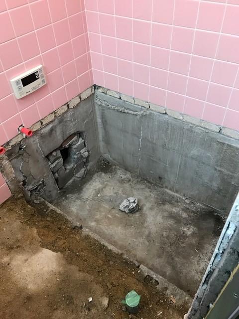 工事中の写真。<br /> 浴槽廻りの壁タイル1段分をダイヤモンドカッターにて<br /> 分離した上で、斫り撤去。洗い場土間も撤去して浴槽を取り外し。