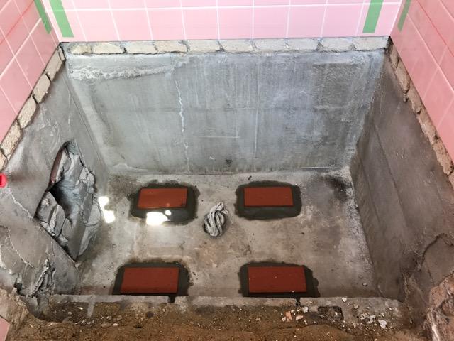 こちらも工事中写真。<br /> 新しい浴槽の脚の位置に高さを合わせて基礎を設置した上で<br /> 浴槽据付。<br />