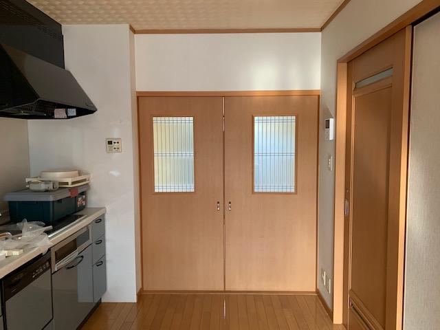DKからの写真。<br /> 和室の左右袖壁に引き込む建具はカラス窓に格子を設け<br /> 和風に。