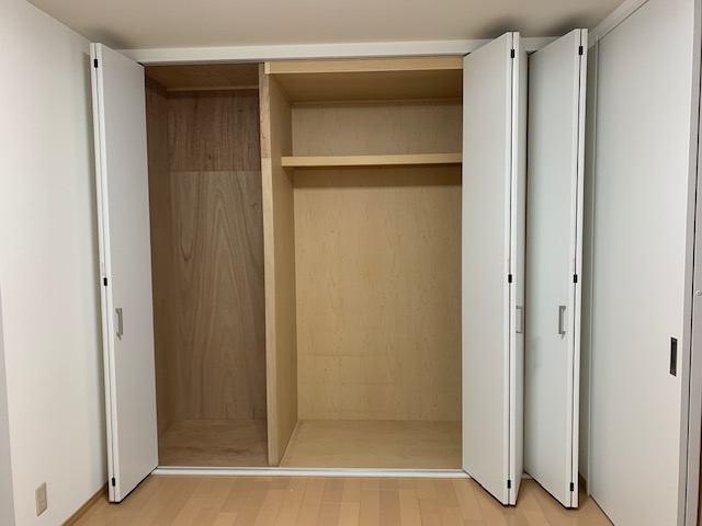 天井までの収納用折れ戸にリフォームで、広い収納スペースを確保。