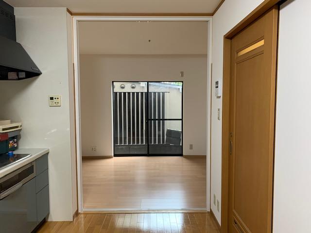 建具を左右に仕舞いこむと、建具上部の垂れ壁が無く、広々とした解放感を感じる造りに。